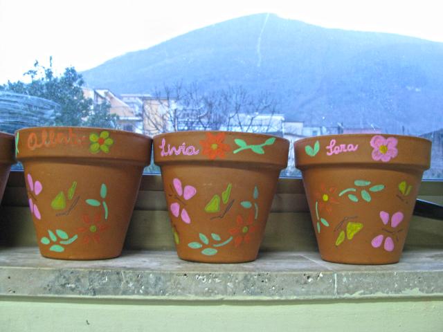 Personalizzazione dei vasi per il trapianto delle erbe